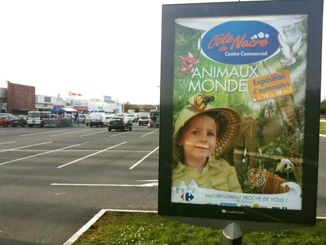 affiche sur le parking du centre